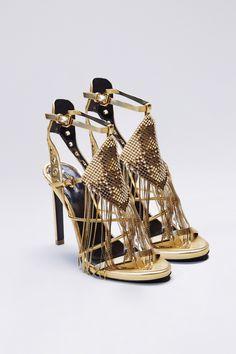 Sandalo gioiello contraddistinto dalla forma triangolare delle frange, che…
