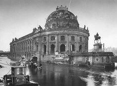 Das Bode Museum, damals Kaiser Friedrich Museum, war direkt nach dem Krieg offenbar in einem vergleichsweise guten Zustand: Vor allem das Reiterdenkmal, das dann wohl dem Bildersturm zum Opfer fiel.