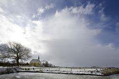 Schildarchtige beeld van Georgiuskerk in het Groninger landschap | Stitswerd | Groningen
