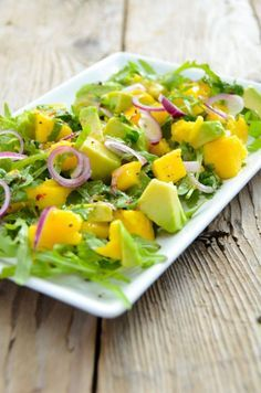 Zubereitungszeit: 15 Minuten Zutaten für 2 Personen: 100 g Rucola (nach Bedarf auch mehr) 1 Mango 1 Avocado 1 Zwiebel rot Orange Limette 1 Prise Chiliflocken 1 EL Weisser Balsamico 4 EL Oli… recipes salad smoothie toast farci noyau recette salade Avocado Recipes, Paleo Recipes, Cooking Recipes, Arugula Recipes, Vinaigrette, Mango Salat, Avocado Dessert, White Balsamic Vinegar, Orange Salad