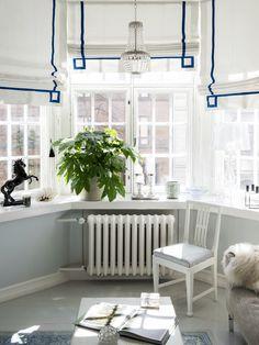 Olohuoneen laskosverhot teetettiin Stockmannilla. Aimo Okkolinin Terälehdet-lasiteos on lahja Jaakon mummin jäämistöstä.