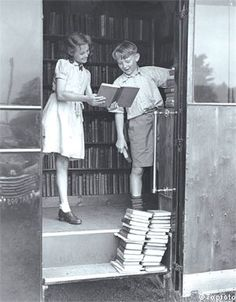Children looking at books from a mobile library in 1949 / via Book Patrol