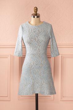 Une dentelle feutrée convient aux fraîches journées d'élégance. A felted lace is suitable for fresh days of elegance. Blue lace pattern half-sleeve dress www.1861.ca