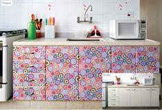 Armário de cozinha decorado com papel contact