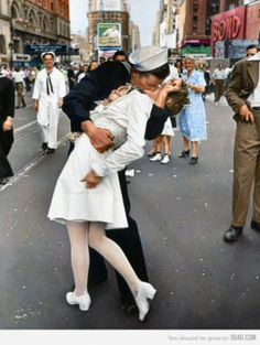 V-J day in Times Square kiss photo  Alfred Eisenstaedt - 14 agosto 1945