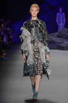 Coleção // Fernanda Yamamoto, SPFW, Inverno 2015 RTW // Foto 12 // Desfiles // FFW Fernanda Yamamoto, Fashion Details, Fashion Design, Sculptural Fashion, Wearable Art, Fendi, Ideias Fashion, Kimono Top, Street Style