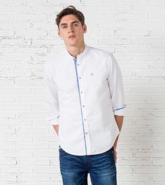 Camisa de manga largo con cuello mao, en tejido de pinpoint.