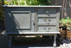 Kastje met deurtje en 3 lades. Geschilderd met chalk paint en afgewerkt met een donkere wax.