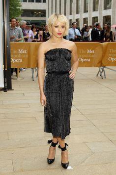 Zoe Kravitz con  un vestido negro recto palabra de honor con tejido tableado de primavera 2014 de Lanvin .