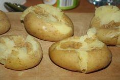 Ma egy eredeti portugál recept alapján készült sült burgonyát szeretnénk bemutatni nektek.Ez az étel nagyon ízletes, húsok mellé kiváló köret, de önmagában is fogyasztható mert laktató és finom. Hozzávalók: 8 db burgonya, 30 g vaj, 2 kiskanál rozmaring, 4 gerezd fokhagyma, 40 ml olívaolaj, durva szemű só, ízlés szerint. Elkészítés: Mossuk meg a burgonyát, majd...Olvasd tovább
