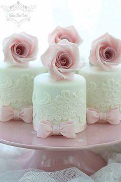 Hochzeit Mini-Kuchen mit Zuckerblumen - Wedding Cakes and beyond - Cake Toppers! Fancy Cakes, Cute Cakes, Pretty Cakes, Mini Cakes, Cupcake Cakes, Mini Wedding Cakes, Wedding Cupcakes, Individual Wedding Cakes, Individual Cakes
