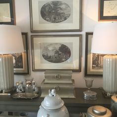 Galeria de quadros nos tons de cinza.