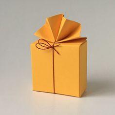 Geschenkschachtel FA 2 6x6x3 cm, mit elastischem Bändchen #Pralinenverpackung #Geschenkschachtel #Tischdekoration #Hochzeitsgeschenke Origami, Container, Gift Wrapping, Packaging, Gifts, Wedding Favors, Paper Board, Gift Wrapping Paper, Presents