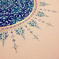 I like the exterior illumination Motifs Islamiques, Islamic Motifs, Persian Motifs, Islamic Patterns, Calligraphy Borders, Islamic Art Calligraphy, Gothic Pattern, Pattern Art, Motif Oriental