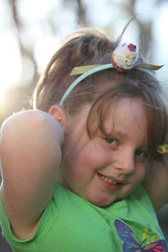Because everyone loves a little cupcake hairbow diy. Headband Hairstyles, Diy Hairstyles, Pretty Hairstyles, Sewing Crafts, Sewing Projects, Craft Projects, Craft Ideas, Diy Headband, Headbands