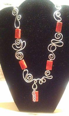 Collana wire alluminio e pietre di pasta di corallo