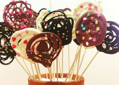 Cómo hacer piruletas de chocolate fácil y rápido Chocolate Lollies, Chocolate Garnishes, Chocolate Pops, Chocolate Gifts, Cake Pops, Beanie Boo Birthdays, Lollipop Recipe, Kolaci I Torte, Chocolate Decorations
