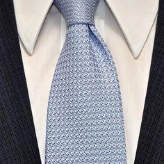 """«Cravate """"trois plis"""" en grenadine de soie Couleur bleu ciel avec triplure 100% laine Présence du fil d'aisance à boucle  Chemise de popeline blanche avec…»"""