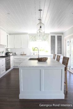 Beautiful Hamptons Kitchen Interior Design For Stylish Kitchen Ideas Timeless Kitchen, Stylish Kitchen, New Kitchen, Kitchen Decor, Kitchen Ideas, Kitchen Tips, Mexican Style Kitchens, Shaker Style Kitchens, Farmhouse Kitchens