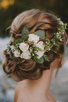 moños-bajos-pelo-castaño-flores-en-el-pelo-rosas-blancas-pelo-ruzado