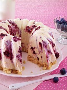 Kuchen oder Eis? Wir mögen beides gerne und freuen uns auf eine selbst gemachte Eistorte. Heidelbeere oder Erdbeere - das Grundrezept zum Verfeinern. (cooking cake snacks)
