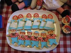 How cute! Use a gingerbread man and angel cookie cutter to make adorable Raggedy Ann and Andy cookies! :)