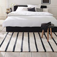 schwarz-weiß gestreifter Teppich