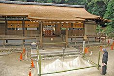 素屋根が解体され、拝殿の鮮やかな檜皮葺き屋根が姿を現した(宇治市宇治・宇治上神社)