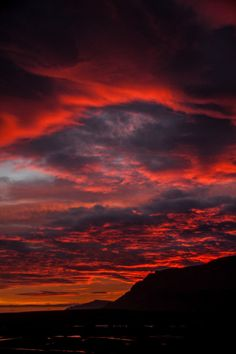 red sky at night. Pretty Sky, Beautiful Sunset, Beautiful World, Sarada Uchiha Wallpaper, Evening Sky, Sky Aesthetic, Sky And Clouds, Beautiful Landscapes, Aesthetic Pictures