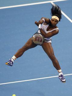Pure Power: Serena Williams hebt bei einem Return gegen Jelena Jankovic im Finale des Turniers von China regelrecht ab. (Foto: Rolex Dela Pena/dpa)