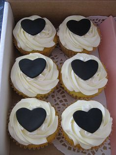 Cute black and white cupcakes.