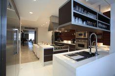 Integrados, o jantar e a cozinha são delimitados pelo piso. Assim, o limestone da Imarf, usado na ala social, é interrompido pelo mármore perfect white da MG Mármores que forra a área de trabalho