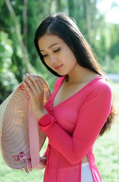 Tips To Bring Out Your Natural Beauty Beautiful Girl Image, Beautiful Asian Women, Beautiful People, Vietnamese Traditional Dress, Vietnamese Dress, Traditional Dresses, Ao Dai, Beauty Full Girl, Beauty Women