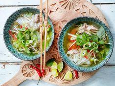 Pho Suppe - Rezept für die vietnamesische Nudelsuppe | LECKER Healthy Diet Plans, Healthy Eating, Healthy Recipes, Healthy Food, Pho Bo, Recipe Organization, Fat Loss Diet, Dried Beans, Calorie Diet