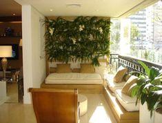 Idéia de sacada pequena, mas muito confortável. Plantas na decoração. Varanda.