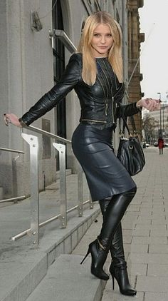 My perfect first date outfit for a prospective girlfriend! My perfect first date outfit for a prospective girlfriend! Black Leather Skirts, Leather Dresses, 70s Fashion, Fashion Looks, Womens Fashion, Fashion Trends, Hot High Heels, High Heel Boots, Leder Outfits