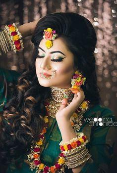 Indian Bridal Photos, Indian Bridal Jewelry Sets, Indian Bridal Fashion, Bridal Accessories, Bridal Mehndi Dresses, Desi Wedding Dresses, Flower Jewellery For Mehndi, Flower Jewelry, Mehndi Brides