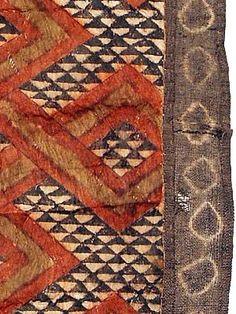 KUBA, TEXTILES Barkcloth, República Democrática del Congo Estas envolturas especiales fueron usados afuera, o en la parte superior de los vestidos de baile largos para la decoración añadida y prestigio. La zona central es la tela de corteza, hecho por golpear a una capa de debajo de la corteza de los árboles hasta que sea delgado y flexible. Números 1-11 están pintadas en general Kuba patrones geométricos abstractos, similares a los de sus trajes de baile Barkcloth.