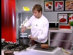 Torta Sacher con confettura di albicocche: una torta al cioccolato che Luca Montersino ci mostra in video come preparare. Un classico della pasticceria rivis...