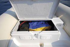 Le sac de matériel de sécurité trouve juste sa place dans la soute arrière, partiellement réduite par la batterie. Lomac 580