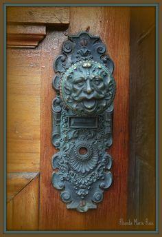images of unique old door knobs and handles - Bing Images Door Knobs And Knockers, Knobs And Handles, Door Handles, Copper Handles, Vintage Door Knobs, Antique Door Knobs, Antique Hardware, Vintage Doors, Cool Doors