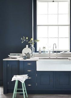 Le bleu marine - Bleu Hicks - Peinture Little Greene Mint Kitchen, Blue Kitchen Cabinets, Kitchen Colors, Navy Cabinets, Kitchen Units, Kitchen Walls, Kitchen Paint, Blue Kitchen Ideas, Dark Green Kitchen