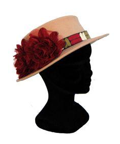 Sombrero beige con flores granates
