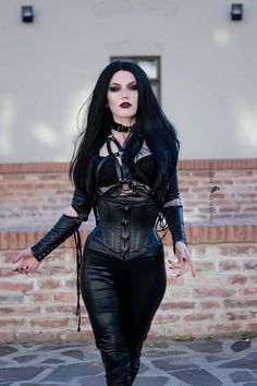 Top Gothic Fashion Tips To Keep You In Style. As trends change, and you age, be willing to alter your style so that you can always look your best. Consistently using good gothic fashion sense can help Steam Punk, Steam Girl, Goth Beauty, Dark Beauty, Dark Fashion, Gothic Fashion, Fashion Tips, Style Fashion, Fashion Ideas