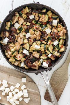 Kip met courgette, dadels en feta. De kruiden: kaneel en nootmuskaat. Wat ruikt dat toch lekker! Een voedzaam wokrecept met kip en romig door de feta