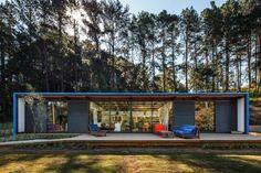 Vamos a analizar la fachada y los planos de una pequeña casa construida en el campo que destaca por su sencillo diseño rectangular que de alguna manera nos hacen recordar a las viviendas basadas en…