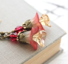 Lucite Flower Earrings Cranberry Red Earrings por apocketofposies