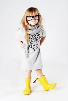 Las botas de lluvia mantendrán los pies de tu pequeña secos y le darán un look muy fashion.
