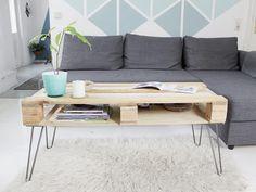 Tutoriales DIY: Cómo hacer una mesa de café con un palé y patas en forma de horquilla vía DaWanda.com