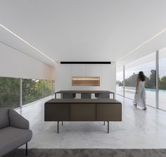 World Architecture Community News - Fran Silvestre Arquitectos completes Hofmann House with extruded roof in Valencia Farnsworth House, Journal Du Design, Box Houses, Spanish House, Glass Boxes, Interiores Design, Modern Architecture, Residential Architecture, Living Area